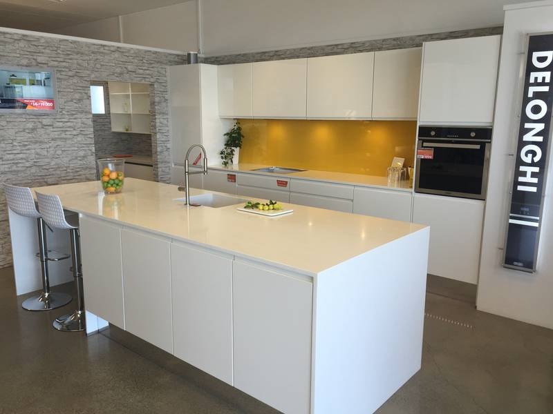 Handleless kitchen in white gloss lacquer